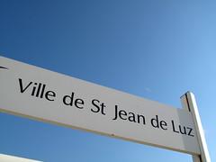 Ville de St Jean de Luz (wolfgangp_vienna) Tags: sea france sign frankreich meer village schild bayonne saintjeandeluz stjeandeluz pyrénéesatlantiques marcantabrico kleinstadt golfvonbiskaya kantabrischesmeer