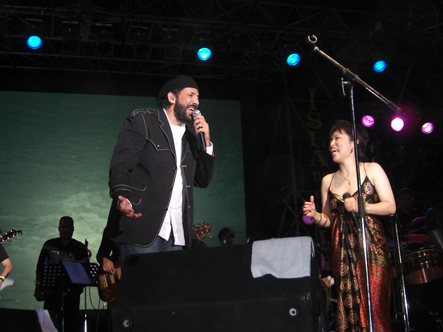 Juan Luis Guerra、バチャータで福岡を歌う
