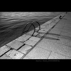 _en diagonal frente al mar_ ([marta dez . fotografa]) Tags: sea canon mar shades bn diagonal sombras cantabria lineas santoa marinero noray 400d