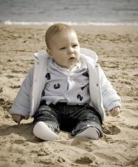 Dos, tres, cuatro....... (Christian Callejas) Tags: 2 3 canon mar mediterraneo 4 playa arena bebe mirada chulo iker 5meses gordito novedad vaciln carabollo yokusho intereseante