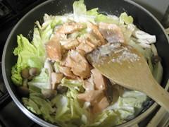 白菜、しめじ、鮭を加える