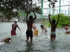 孩子們盡情在玩水。
