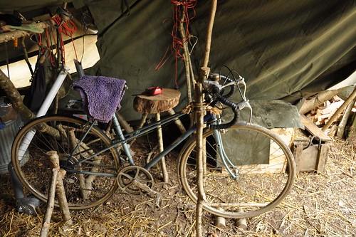 La moto en su lugar en la esquina de la A-Frame