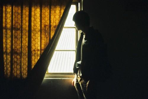 フリー画像| 人物写真| 男性ポートレイト| 窓辺の風景|        フリー素材|