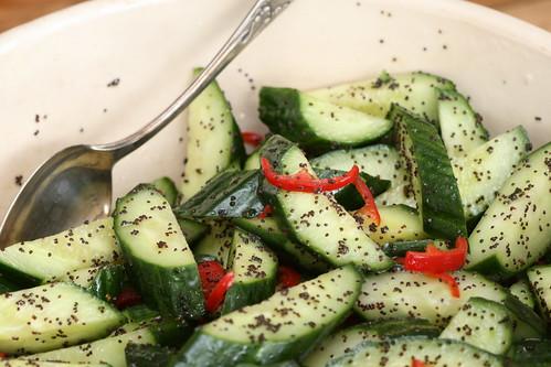 Ottolenghi's cucumber salad with poppyseeds / Kurgisalat mooniseemnete ja tšilliga