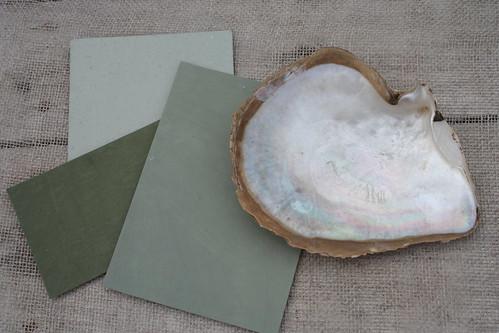 Plocka upp färgerna i snäckan och måla snäckminnen hemma.