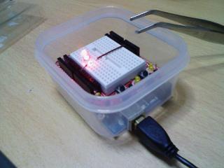 100均容器にArduinoとプロトシールドを乗せて簡 単な回路を動かしてみたところ