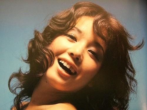 パーマヘアーを揺らして微笑んでいるひし美ゆり子の画像