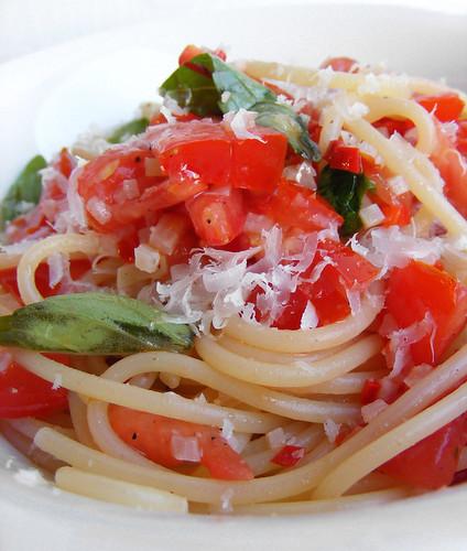Tomato, Garlic, Chili Spaghetti by FotoosVanRobin