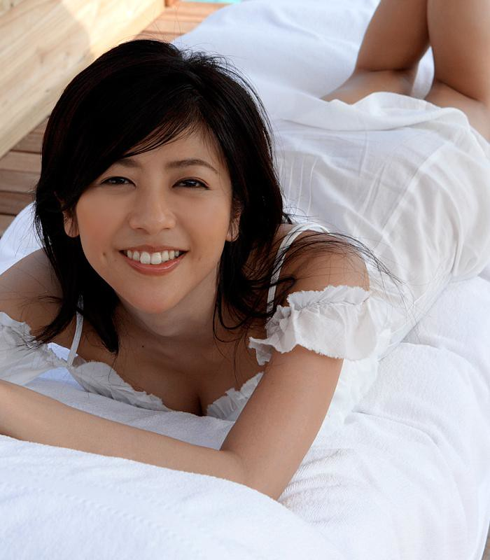 ベッドに横たわる白石美帆