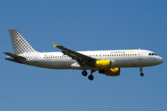 EC-IZD - 2207 - Vueling Airlines - Airbus A320-214 - 100617 - Heathrow - Steven Gray - IMG_5188