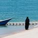 Frau im Tschador am Strand in Malaysia