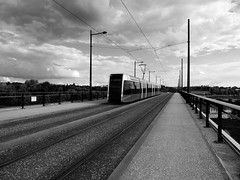 Tramway à Tours (François Tomasi) Tags: tramway tours villedetours indreetloire touraine pont bridge yahoo google flickr françoistomasi pointdevue pointofview pov lights light lumière reflex nikon monochrome photo photography photographie photoshop france europe nuages nuage clouds cloud noiretblanc blackandwhite blanc noir black white voyage travel ville city transport urbain transporturbain juillet 2017 valdeloire