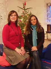 Farah und Michaela vor einem Weihnachtsbaum