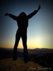 Libertad (Carlos Guardado) Tags: chihuahua contraluz mexico atardecer libertad mujer chica carlos olympus silueta cerros rocas 2010 montanas brazos guardado