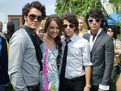 3473_the jonas brothers with miley cyrus
