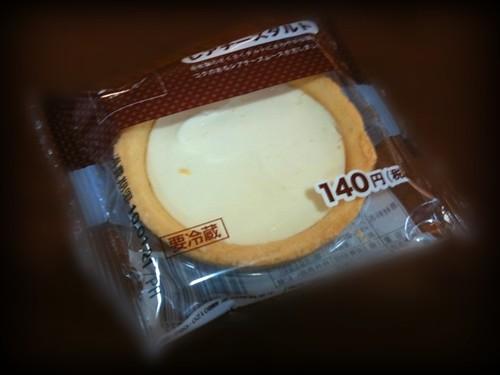コンビニのレアチーズタルト、たまに無性に食べたくなる。