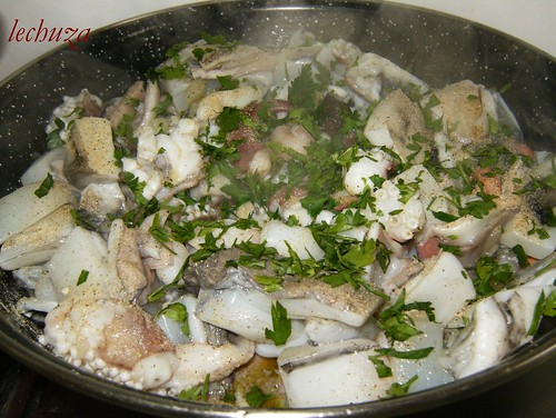 Jibia en tinta con arroz-pimienta y perejil