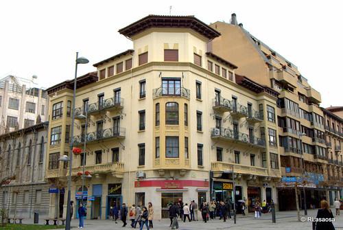 Edificio en la confluencia de la Avenida de Roncesvalles y la Avenida de Carlos III