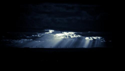 フリー画像| 人工風景| 風車| 暗雲の風景| 太陽光線|       フリー素材|