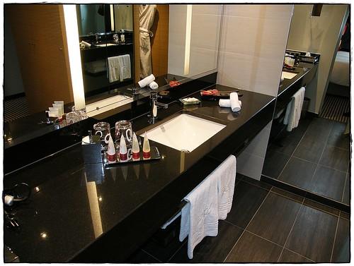 Projekt ciemnej, nowoczesnej łazienki z marmurowym blatem