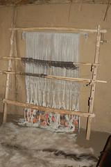 Senkrechter Gewichtswebstuhl in dem Haus des Tuchhändlers in Haithabu - Museumsfreifläche Wikinger Museum Haithabu WHH 04-04-2010