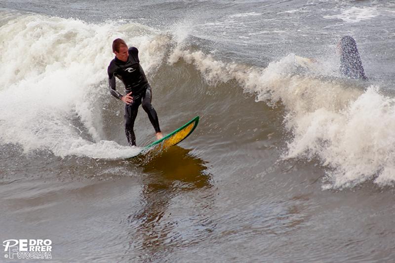 Surf en el Sardinero 03 ¿tiburón..... o tabla?