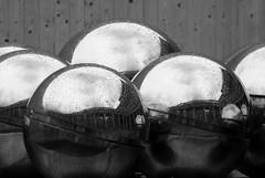 della serie ÉTAPE PAR ÉTAPE (Maria Grazia Marrulli) Tags: dellaserieétapeparétape arte scultura geometrie sfere metallo riflessi reflections urbanfragments fontana cielo nuvole pioggia strade street routes roads biancoenero bn blackwhite noirblanc parigi francia theauthorsplaza ♫♪♫♥♥lamiciziafaladifferenzatheoriginalgroup♫♪♫♥♥ geometriegeometry viaggio travel vojage cittàdelmondo