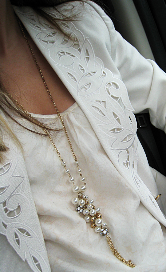vintage white blazer with cut-out lapels+pearl necklace