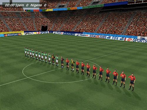 Captura de pantalla de World Cup 98 de EA Sports, con los jugadores en el campo para el partido España Nigeria