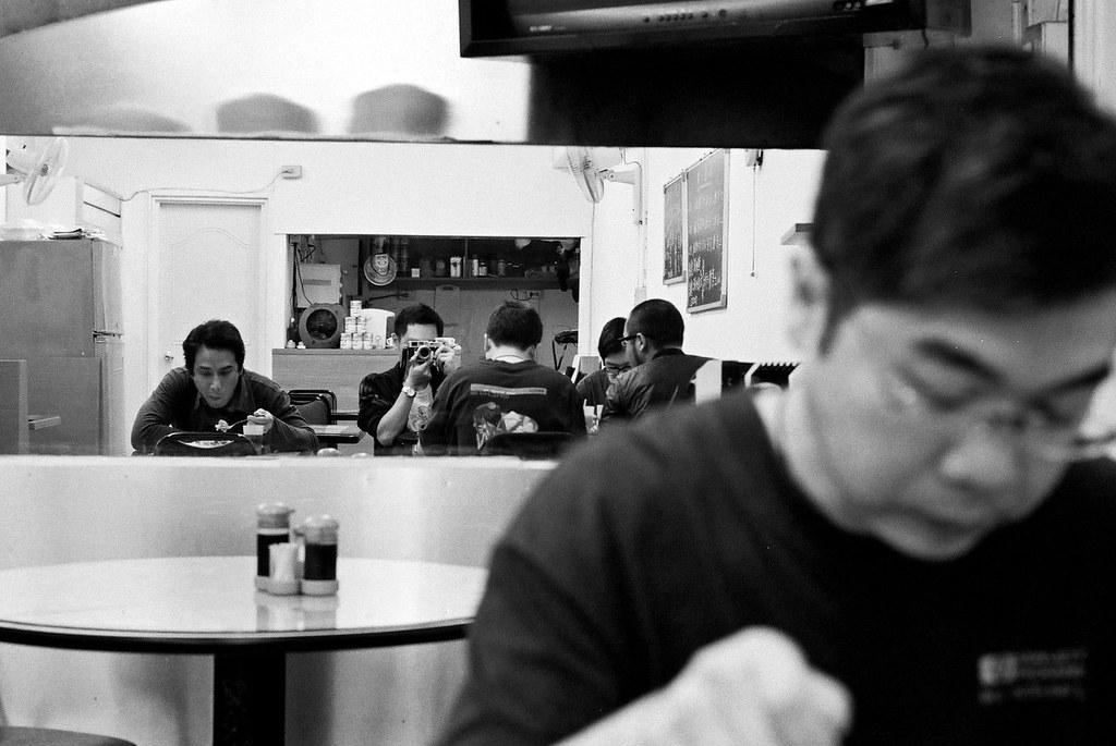 四人吃飯合照我自拍