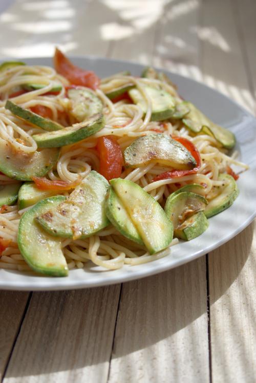 Articole culinare : Spaghetti cu dovlecei si rosii