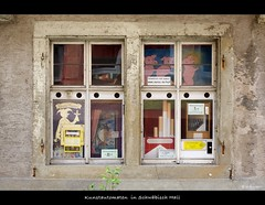 Kunstautomaten im Fenster (sualk61) Tags: canon germany deutschland eos flickr alt fenster schaufenster 5d canon5d shopwindow altstadt alteshaus canoneos5d eos5d hohenlohe canonef24105mmf4lisusm badenwürttemberg sualk61 schwäbischhall borderfx dwwg kunstautomat kunstautomaten
