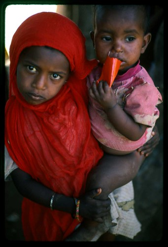 somalia---girl-with-brother
