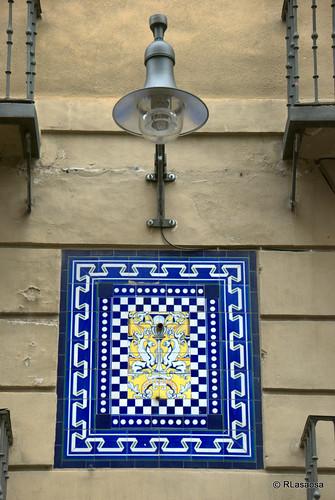 Farola y cerámica decorativa en la calle Mercaderes.