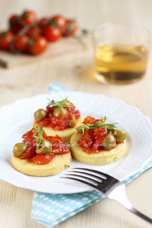 Biscotti salati al pecorino e timo con pomodorini al miele e olive