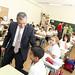 Paulino Rivero conversa con uno de los alumnos del CEIP José Calvo Sotelo
