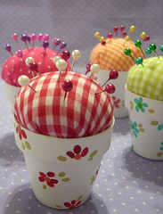 Alfileteros... (♥ Mariela ♥) Tags: pink flowers red orange flores verde green rojo handmade artesanal rosa fabric flowerpot pincushion naranja telas macetas alfileteros
