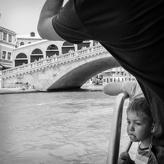 3960617 (photo & life) Tags: italia italie ville city venise street streetphotography jfl photography photolife™ fujifilm fujinon fujifilmxpro2 fujinonxf14mmf28r 14mm humanistphotography blackandwhite noiretblanc squareformat squarephotography boat europe