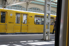 Se guardo all'interno dell'ubahn, vedrò sempre e solo un riflesso dell'ubahn. (KLiPs_ADN) Tags: berlinubahn giselaberlin ubahn ubahntrains berlinstation berlin people trainspotting warshauer stations photography klipsphoto trains subwayportrait metro spot details view treno attese yellow u iloveyou passion passiontrains