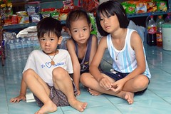brothers and sister on a convenience store floor (the foreign photographer - ฝรั่งถ่) Tags: two brothers sister convenience floor store tile children khlong thanon portraits bangkhen bangkok thailand nikon d3200