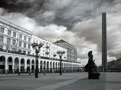 Im Hamburg (zachstern) Tags: wallpaper bw sculpture architecture canon germany landscape ir hamburg infrared stature headdress infravermelho infrarot 红外 ircamera hamburggermany infrarrojos 赤外線 红外线 infrapuna infrarood infrarouge infrarossi 紅外線 инфракрасный maxmaxcom inframerah אינפראאדום 紅外 infravörös xnitecanong9 infračervené 적외선 υπερύθρων अवरक्त 적외선의