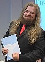 Petteri Tikkanen holding his Comics Finlandia diploma