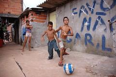 razzo favela066-TC-06-12-09 (Tiago De Carli 1977) Tags: brasil de foto childrens tiago paulo crianças favela são carli futebol razzo