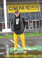 En cuissardes jaunes au cinéma (pascal en bottes) Tags: boots goma rubber wellington pascal wellies gummistiefel bottes botas gumboots gomma stiefel caoutchouc stivali stövlar cuissardes