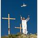 el Cristo levanta la paloma en señal de la paz