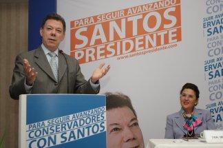 Juan Manuel Santos siempre ha tenido poder pero esta es la primera vez que  lo busca en la plaza pública y que trata de ganarse el voto de los  ciudadanos. a5a0d7113a7