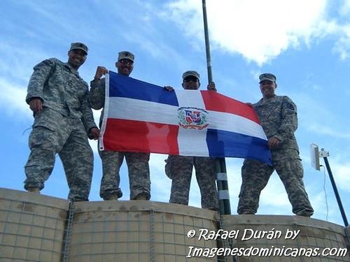 Rafael Duran Nuñez con amigos en Iraq