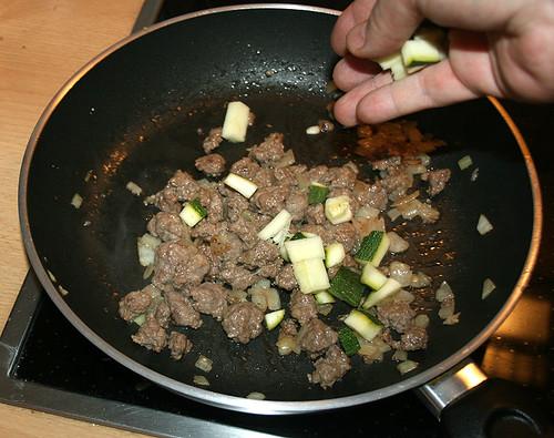 15 - Zucchini hinzugeben und anbraten
