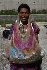 Woman carrying her baby in a bilum ( Philipp Hamedl) Tags: woman baby guinea kind png papuanewguinea papua carry newguinea oceania tragen pidgin bilum neuguinea papuan